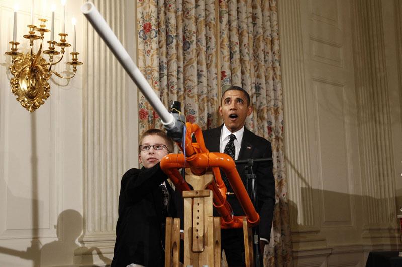 <b> «Extreme Marshmallow Cannon». Le jeune Joey Hudy, 14 ans, se souviendra longtemps de ce mardi à la Maison-Blanche. Car Barack Obama, venu défendre l'enseignement des sciences et saluer l'ingéniosité américaine, a reçu de jeunes inventeurs, dont celui d'un canon à marshmallows que le président a actionner avec délectation. Face au canon à guimauves présenté par le jeune adolescent, Barack Obama a glissé, à propos des policiers d'élite qui le protègent: «le Secret Service va être très fâché contre moi», avant d'actionner la pompe de l'arme et de tirer un projectile à travers la vénérable salle à manger historique de la Maison-Blanche.