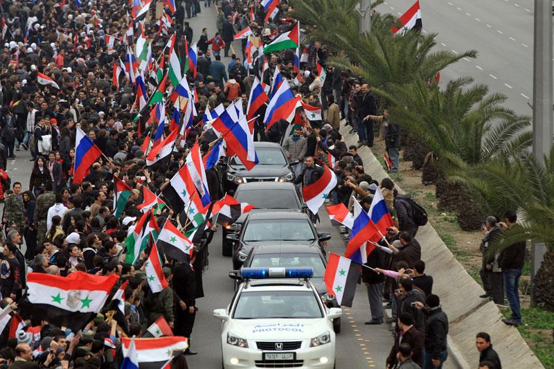<b>Accueilli en héros</b>. Le chef de la diplomatie russe, Serguei Lavrov, arrivé mardi à Damas pour s'entretenir avec le président Bachar el-Assad, a été acclamé par des milliers de Syriens rassemblés pour «remercier» la Russie, alliée de poids du régime. «Merci, la Russie ! Merci, la Chine !» scandait la foule rassemblée dans une grande artère à Mazzé, à la périphérie de Damas. Le convoi de Sergueï Lavrov s'est frayé un passage au milieu d'une marée de drapeaux syriens et russes, et plusieurs dizaines de personnes se sont précipitées pour le saluer.