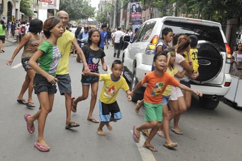 Une première secousse en milieu d'après-midi, une violente réplique quatre heures plus tard. Sur les îles de Negros et Cebu, des habitants paniqués ont envahi les rues.