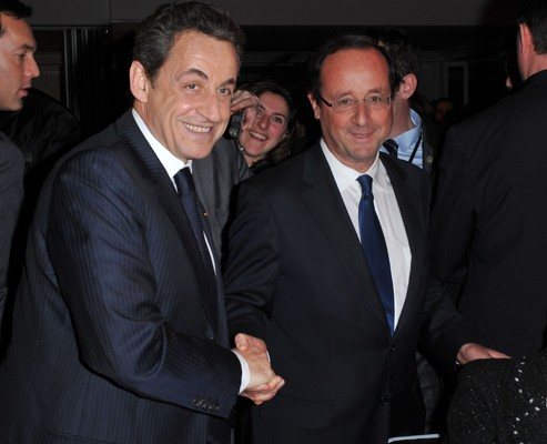 François Hollande s'est levé pendant le dîner pour aller saluer Nicolas Sarkozy.