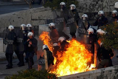 Un cocktail molotov explose sur des policiers à Athènes, dimanche.