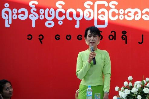 Некоторые диссиденты опасаются, что популярный Аун Сан Су Чжи (здесь в Рангуне в понедельник) невольно манипулируют военного режима.