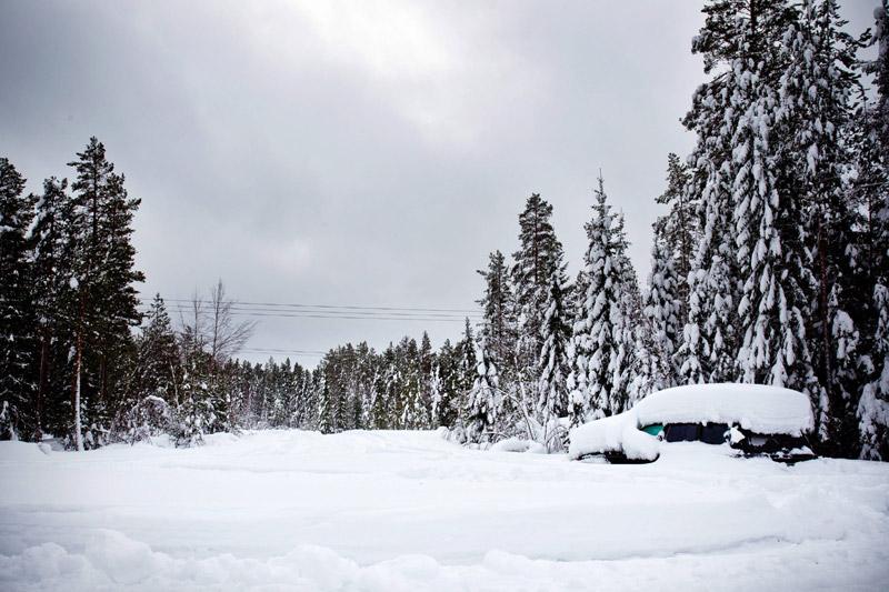 <b>Miraculé.</b> C'est dans cette voiture qu'un homme a passé les deux derniers mois. Et même si on a du mal à y croire, ce Suédois a bel et bien survécu près de 60 jours, sans nourriture, par une température de moins 30°C. C'est un homme en scooter des neiges qui a aperçu le haut du toit de sa voiture dissimulé sous la neige, non loin de la ville d'Umeaa, dans le comté de Vaesterbotten, au nord du pays. Repérant du mouvement dans le véhicule, il a averti la police. L'homme, âgé de 45 ans était emmitouflé dans son sac de couchage et a survécu en mangeant de la neige pour s'hydrater.