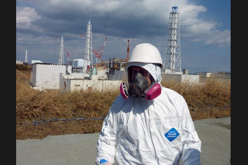 <b>Rassurant.</b> C'est revêtu d'une combinaison blanche de protection, masqué, ganté et chaussé de deux paires de surbottes, qu'Eric Besson a visité ce mardi la centrale nucléaire de Fukushima Daiichi. Il est ainsi le premier ministre étranger à se rendre sur cette zone, ravagée par le tsunami du 11 mars dernier. Le ministre de l'Industrie a adressé un message d'encouragements aux travailleurs du site et s'est dit ''globalement rassuré''. «J'appartiens à un pays qui produit l'essentiel de son électricité avec l'énergie nucléaire et continue de croire à un nucléaire civil avec le plus haut niveau de sécurité, nous comptons sur vous pour redonner vie à ce secteur», a déclaré le ministre français aux responsables et employés présents sur place.