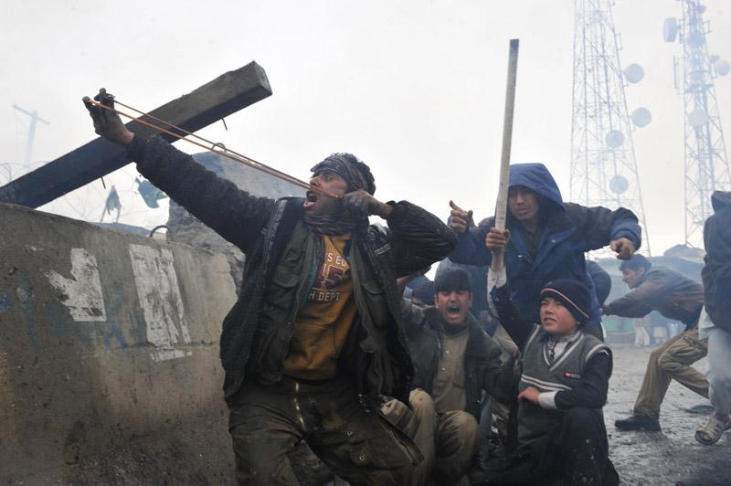 <b>Fureur.</b> Des milliers d'Afghans manifestaient violemment ce mardi devant la plus grande base militaire américaine d'Afghanistan, près de Kaboul, accusant les troupes étrangères d'avoir brûlé des exemplaires du Coran. Des milliers de personnes se sont massées devant la base de Bagram, à 60 km au nord de la capitale, lançant des cocktails Molotov qui ont mis feu à l'un des portails. Le commandant en chef de la force internationale de l'Otan (Isaf), le général américain John Allen, a présenté ses «excuses» au «noble peuple d'Afghanistan» après des «informations» indiquant que «des soldats de la base de Bagram se sont débarrassés de manière inconvenante dans la nuit d'un nombre important de documents islamiques, dont des Corans».