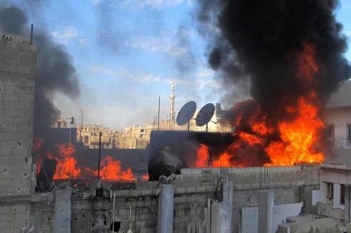 Une maison en flammes dans le quartier de Baba Amr dans la province de Homs, le 22 février.