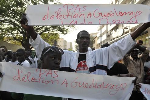Mardi, à Guediawaye, une banlieue de Dakar, des manifestants s'opposent à la candidature d'Abdoulaye Wade à un troisième mandat.