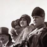 À la droite de Mussolini, son épouse, Rachele. Le Duce aura d'innombrable maîtresse.