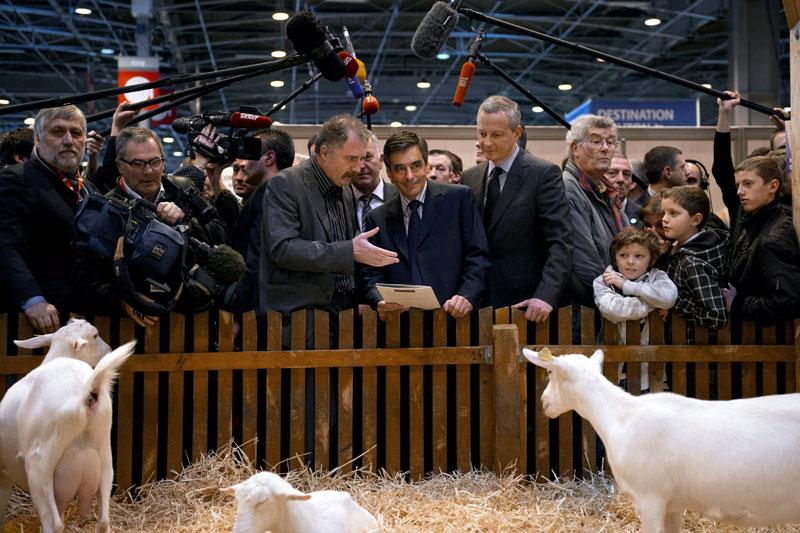 Au salon. En visite ce lundi au Salon de l'agriculture à Paris, François Fillon a vanté les efforts du gouvernement dans le domaine agricole: «Les éleveurs ont vu leurs revenus augmenter», «on a réussi à sortir de la crise dans laquelle se trouvait l'élevage». Le premier ministre a arpenté les allées toute la matinée en compagnie du ministre de l'Agriculture, Bruno Lemaire avant de faire une halte sur le stand de la Commission européenne où il a célébré le 50e anniversaire de la Politique agricole commune (PAC) qui a été, selon lui, «source de progrès».
