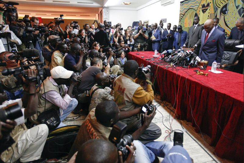 <b>Élections</b><br /> Abdoulaye Wade, à 85 ans, candidat contesté à un troisième mandat à la présidence sénégalaise en conférence de presse. Ce mardi, après le premier tour du suffrage, le camp du président sortant a reconnu qu'il y aura bien un second tour, alors que les premiers résultats officiels étaient encore attendus dans la journée. Tout indique que son adversaire sera Macky Sall, son ancien premier ministre passé dans l'opposition.