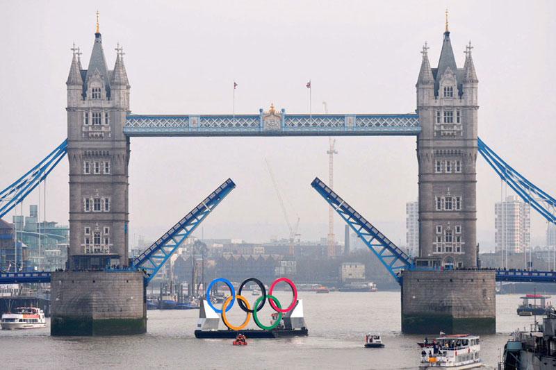 J.O 2012. J-150 avant le lancement des Jeux olympiques de Londres 2012. Dans le cadre de la célébration de cet évènement, une barge a été mise à l'eau avec à son bord les 5 anneaux olympiques. L'embarcation, longue de 25 mètres, parcourt la Tamise et va passe même sous le célèbre «Tower Bridge». Le maire de Londres, Boris Johnson, a participé à la cérémonie d'inauguration et en a profité pour annoncer tout une série d'évènements culturels jusqu'à l'ouverture des jeux.
