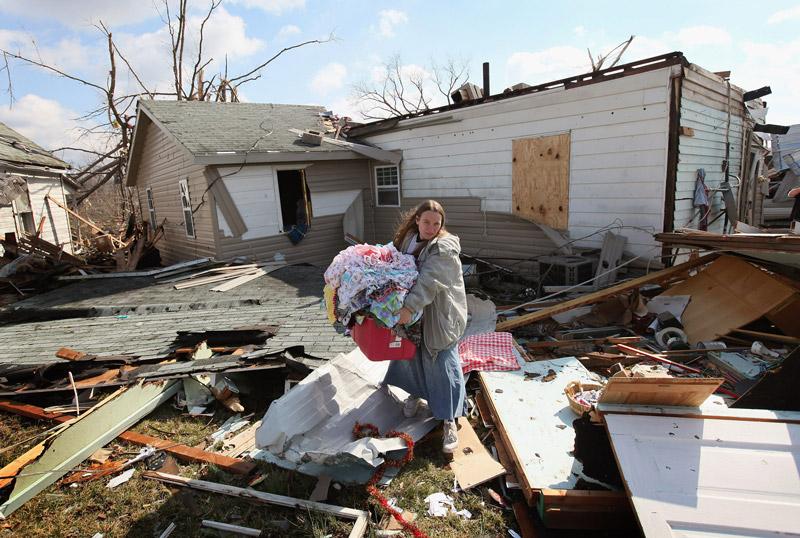 <b>En miettes</b><br /> Le visage désemparé, les bras chargés d'affaires personnelles encore intactes, Rachel Wooley aide son amie à récupérer ce qu'il reste des décombres de sa maison dévastée. Le Sud-Est des États-Unis a été victime de violentes tornades qui ont fait, au cours des derniers jours, d'importants dégâts et plus de 40 morts. Si le temps s'est calmé, accordant un répit aux sinistrés, la météo prévoyait pour la soirée de fortes précipitations et des chutes de neige dans l'Indiana et le Kentucky. Le président Barack Obama a appelé les gouverneurs de l'Indiana, du Kentucky et de l'Ohio pour leur présenter ses condoléances et leur proposer l'aide du gouvernement fédéral.