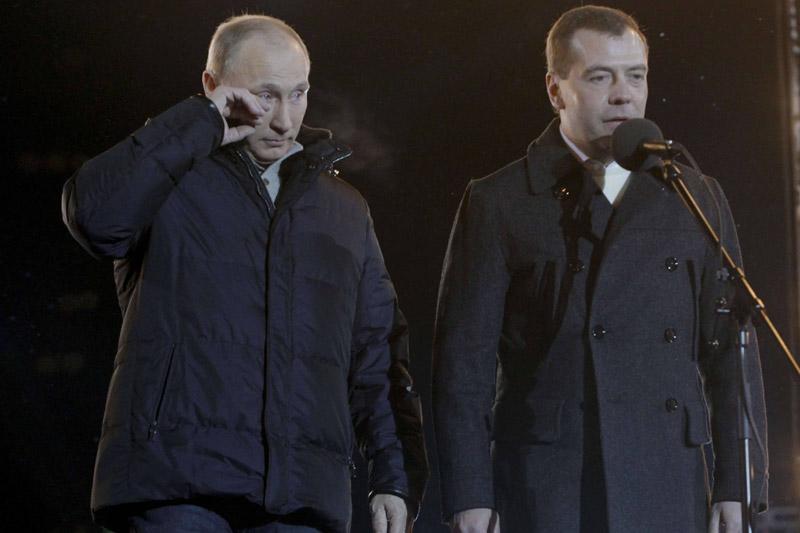 <b>De retour</b><br /> «Nous avons gagné dans une lutte ouverte et honnête». Les larmes aux yeux, devant plus de 110.000 partisans rassemblés à Moscou, Vladimir Poutine a célébré sa victoire, dès le premier tour, à la présidentielle russe. Il a obtenu 63,9% des voix après dépouillement de 98,47% des bulletins de vote. Il revient ainsi à la tête de l'État, comme il l'avait orchestré. Après avoir régné entre 1999 et 2008, il avait dû laisser sa place à Dimitri Medvedev, la constitution lui interdisant d'enchaîner un troisième mandat. En attendant, si ses partisans fêtent sa victoire, l'opposition crie à la mascarade.