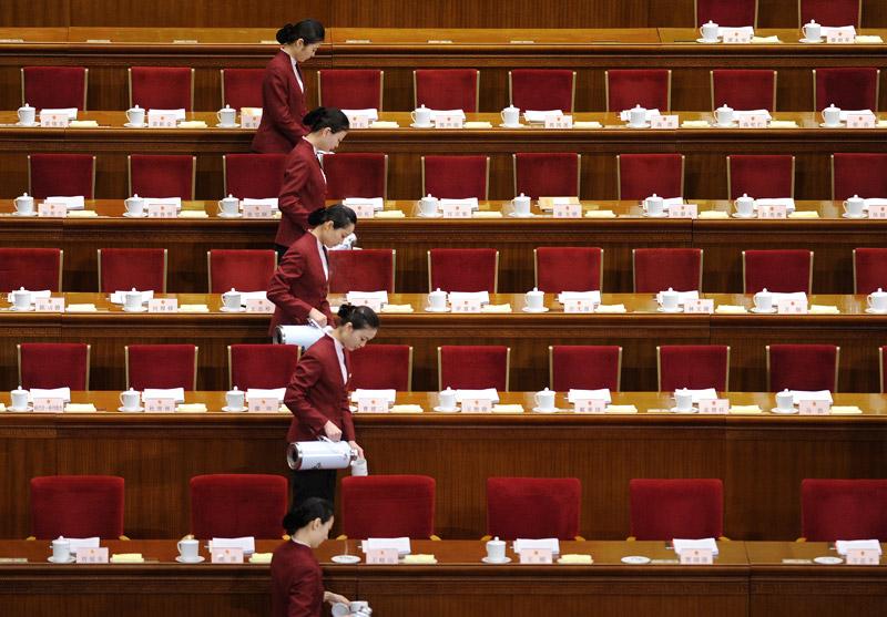 <b>Tea time</b><br /> La séance d'ouverture du Congrès National du Peuple à Pékin va bientôt reprendre, alors les hôtesses s'affairent à servir le thé. Peu avant, devant le Parlement réuni au grand complet, le premier ministre Wen Jiabao a annoncé que le gouvernement chinois affichait désormais une plus grande prudence en matière économique et tablait sur une croissance de 7,5% en 2012, contre 8% en 2011, et sur 4% d'inflation. Il s'agit de la dernière session plénière avant le congrès du Parti communiste prévu à l'automne qui doit porter au pouvoir une nouvelle génération de dirigeants.