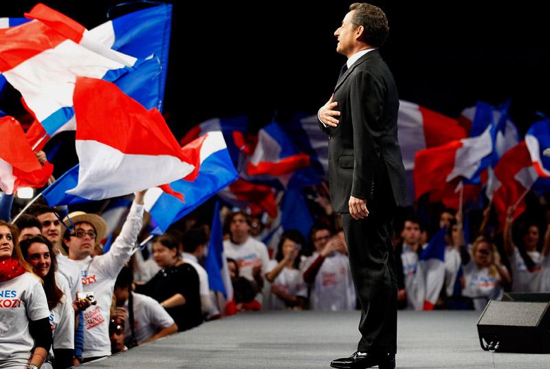 <b>Aux armes…</b><br /> Main sur le cœur, Nicolas Sarkozy entonne la Marseillaise devant quelque 8000 sympathisants UMP. À Bordeaux, le président-candidat a profité de son meeting pour reprendre des thématiques qui lui sont chères : la justice et l'immigration. Tout en défendant une vision de la «République forte», qui fait respecter l'autorité de la loi, sanctionne les délinquants et préserve l'identité nationale ; Nicolas Sarkozy a poursuivit en stigmatisant les différentes positions du parti socialiste, sans le nommer, et l'a accusé de s'être allié aux indépendantistes basques qui avaient chahuté sa venue à Bayonne.