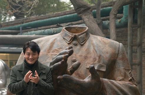 Xin Dong Cheng devant sa galerie dans le quartier de l'art Dashanzi (Pékin). (Xin Dong Cheng Gallery)