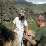 En 2009 , Poutine offre sa montre à ce jeune cavalier.