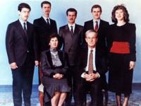 Un portrait de la famille Assad non-daté. Maher est à gauche, à côté de Bachar et de Bassel.