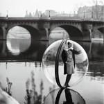 «Sur la Seine», série Bubble pour le Harper's Bazaar, 1963, par Melvin Sokolsky.