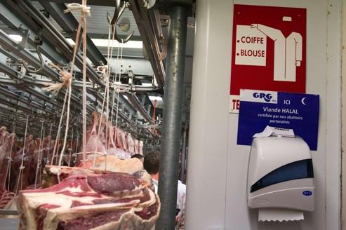 «ici, viande Halal», peut-on lire sur le panneau à l'entrée de la section Halal du pavillon Boucherie de Rungis.