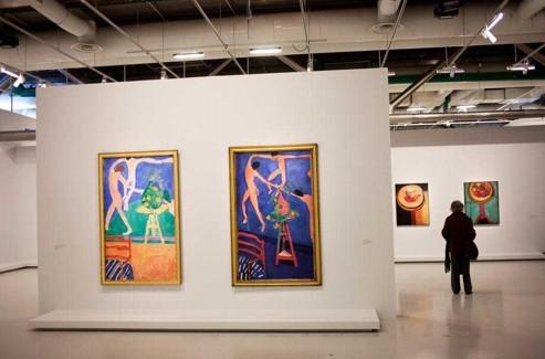 Un petit rien qui change presque tout. Là encore, la confrontation des deux huiles sur toile est une exploration en direct d'un esprit qui crée, contemple etinvente encore. À l'été 1912, Matisse peint une nature morte dans son atelier d'Issy-les-Moulineaux. Une chaise en bois avec un coussin en tissu, un vase de capucines posé sur une sellette de sculpture. En arrière-plan, La Danse: lapremière version (1909), toute bleu azur, herbe émeraude et chair douce aux accents nacrés, enivre les visiteurs du MoMA; la seconde (1910), vigoureuse, tonique et fauve à la chair orangée, ceuxde l'Ermitage à Saint-Pétersbourg. En reprenant ces Capucines à la danse même composition et même format-, il se décale légèrement sur la droite, petit rien qui change presque tout. Lachaise au premier plan devient unedemi-abstraction, la sellette unepeinture en 3D que met en relief l'utilisation inversée du rose et du vert. Les danseurs à la carnation intense surce bleu plus dense jaillissent du mur. L'examen aux rayons X de la seconde version montre qu'elle ressembla d'abord beaucoup à la première, avant d'évoluer vers une audacieuse liberté synonyme de modernité affirmée. Leshistoriens évoquent la visite duRusse Chtchoukine dans l'atelier d'Issy-les-Moulineaux et la confrontation de ces nouvelles Capucines avec Conversation et Coin d'atelier, tout en intensité chromatique et en diagonales, dans la salle à manger du collectionneur. L'œil fait l'artiste quien tira sa leçon. (Lucien Lung pour Le Figaro/Succession H.Matisse)