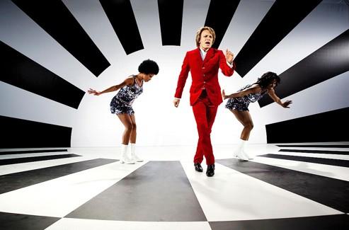 Les incontournables chorégraphies millimétrées de Cloclo et de ses Claudettes ont obligé Jérémie Renier à se surpasser physiquement sous le regard exigeant de Mia Frye, sa coach pour la danse. (Studio Canal)