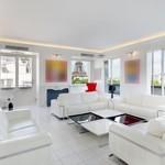 Certaines pièces de l'appartement sont aménagées dans un style ultramoderne.