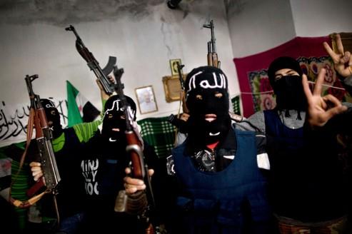 Des combattants de l'Armée libre de Syrie se préparent à l'assaut des forces gouvernementales ur Idleb.