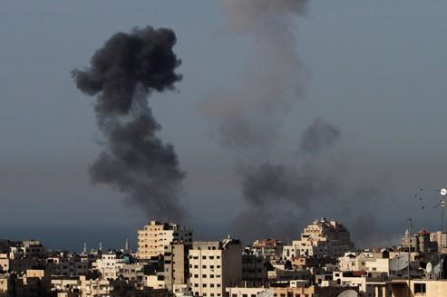 De la fumée s'élève au-dessus de la ville de Gaza, après un raid aérien samedi.
