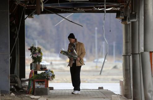 Un homme rend hommage à son frère à Okuma.