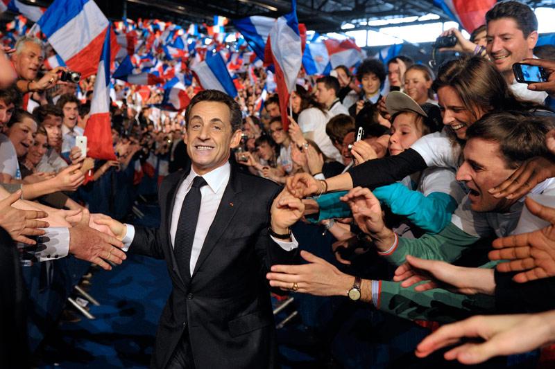 <b>Rendez-vous.</b> Ce devait être le meeting de lancement de campagne. Il est devenu celui du rebond et du combat. ''Nous avons deux mois pour tout renverser, deux mois pour les faire mentir, pour faire triompher la vérité'', a conclu Nicolas Sarkozy, dimanche 11 mars à Villepinte, devant une assemblée surchauffée et une mer de drapeaux tricolores. Combien de militants se sont rassemblées ? Impossible de le savoir avec précision. Près de 75.000, assure le secrétaire général de l'UMP, Jean-François Copé. Dans un discours très politique d'une heure, le chef de l'Etat a fait peu d'annonces, à l'exception notable de la révision des accords de Schengen pour maîtriser les flux migratoires. Il a menacé l'Europe de «suspendre la participation» de la France si un «gouvernement politique de Schengen» n'était pas mis en place «dans les douze mois».