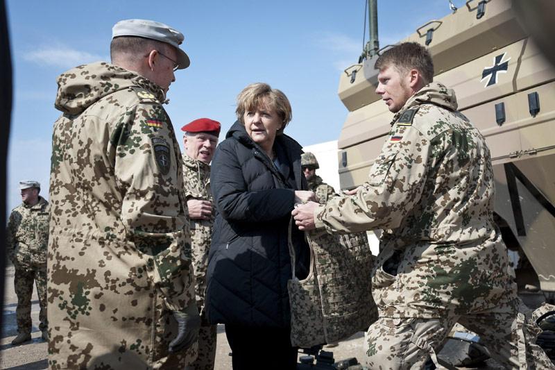 <b>En visite.</b> Angela Merkel a effectué lundi une visite surprise en Afghanistan, dans un contexte de tensions accrues au lendemain de la mort de 16 villageois, dont des enfants et des personnes âgées, dans une fusillade imputée à un militaire américain. Elle s'est rendue auprès des forces allemandes stationnées à Mazar-e-Sharif, dans le nord de l'Afghanistan. Elle souhaitait aussi effectuer une visite auprès des forces déployées à Kundus mais le mauvais temps l'a contrainte à renoncer. Il s'agit de la première visite d'Angela Merkel en Afghanistan depuis 2010. La chancelière s'est entretenue par téléphone avec le président afghan, Hamid Karzaï, et lui a fait part des ses condoléances pour la fusillade de dimanche, qualifiée d'''acte terrible''.