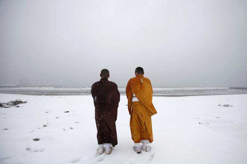 <b>Hommage.</b> Les Japonais ont observé dimanche une minute de silence à la mémoire des victimes du séisme de magnitude 9 et du tsunami qui ont dévasté la côte nord-est de l'archipel il y a un an, faisant plus de 19.000 morts et disparus. À 14h46 précise, heure à laquelle est survenu le violent tremblement de terre le 11 mars 2011, la vie s'est figée dans les villes du Japon, comme ici, sur la plage de Kitaizumi à Minamisoma, près de Fukushima. Les moines bouddhistes ont offert une prière en hommage aux personnes emportées ou sinistrées par la catastrophe naturelle doublée d'un grave accident nucléaire. A Tokyo, immédiatement après la minute de silence, le Premier ministre, Yoshihiko Noda, a fait solennellement une promesse : celle de tout faire pour reconstruire la région ravagée et transmettre la mémoire de cette tragédie aux générations suivantes.