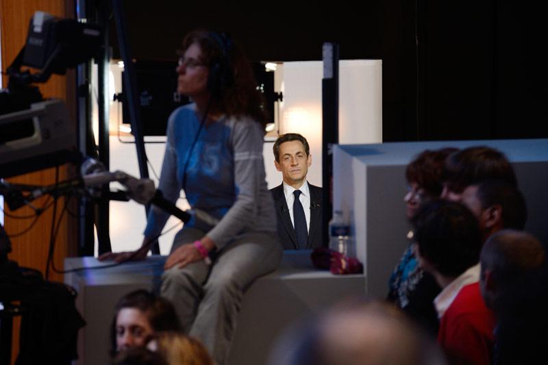 <b>Majorité.</b> C'est la stratégie du « tapis de bombe », comme le déclame l'UMP : une annonce choc par jour ! Après avoir surpris dimanche à Villepinte en exigeant une réforme de Schengen pour mieux contrôler les frontières de l'Europe, Nicolas Sarkozy a annoncé hier soir, s'il était réélu, que la nationalité et la fiscalité seraient liées pour en finir avec les exilés fiscaux, comme aux Etats-Unis. « Ils vont avoir une surprise : je souhaite que la fiscalité et la nationalité maintenant soient liées », a-t-il expliqué sur le plateau de l'émission « Parole de candidat » sur TF1. Pour la première fois depuis le début de la campagne, un sondage donne le président-candidat en tête au premier tour. Il est crédité de 28.5% des intentions de vote, contre 27% pour son rival, François Hollande.