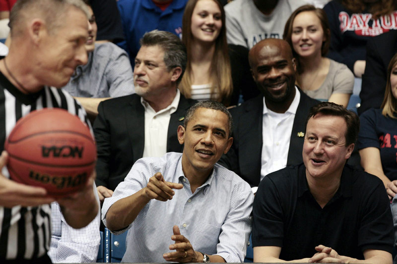 <b>Accueil royal.</b><br /> Barack Obama ne ménage pas ses efforts à l'occasion de la visite du Premier ministre britannique aux Etats-Unis. David Cameron, qui a reçu le très rare honneur pour un dirigeant étranger de voyager à bord d'Air Force One, a été convié hier à un match de basket dans l'Ohio, sport cher au coeur du président américain. Un moment de détente avant que les deux hommes n'entament aujourd'hui des discussions bien plus sensibles sur le transfert de la sécurité aux Afghans sur fond de manifestations anti-américaines à Kaboul.