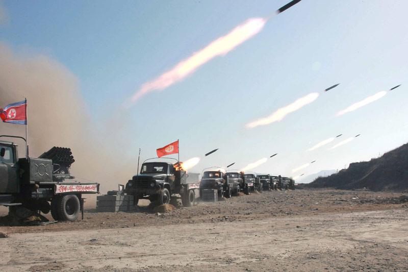<b>Prêts.</b><br /> Le numéro un nord-coréen, Kim Jong-un, a ordonné à son armée de rester en alerte maximale. Car depuis quelques jours, la nation communiste a lancé des menaces à répétition contre son voisin du Sud. Alors, les soldats s'entrainent encore et toujours. Le pays assure que ces manœuvres sont de nature «défensive». Kim a assuré que «les soldats d'avant-poste doivent toujours être en alerte maximale comme ils sont en permanence dans un état de confrontation avec l'ennemi». Panmunjom, situé dans une zone tampon large de quatre kilomètres séparant les deux Corées, est l'un des principaux lieux des rencontres intercoréennes.