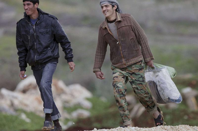 <b>Coûte que coûte.</b><br /> Leur seul but : tenir. Après des heures de marche sans repos, et alors que la Syrie a miné ses frontières pour empêcher l'exode, ces deux hommes foulent enfin le sol turc. Comme eux, plus d'un millier de Syriens fuyant le conflit dans leur pays se sont réfugiés ces 24 dernières heures en Turquie. ''Le nombre de réfugiés Syriens a augmenté d'un millier en une seule journée et a grimpé à 14.700'', dont la majorité sont des femmes, des jeunes et des enfants, a indiqué le porte-parole du ministère turc des Affaires étrangères Selçuk Ünal. Un groupe de 700 réfugiés était déjà arrivé dans le pays mercredi, marquant une importante augmentation du nombre de Syriens depuis le début du mouvement de contestation du régime de Bachar al-Assad le 15 mars 2011.