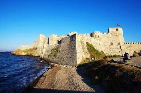 Avec sa double rangée de remparts et ses tours ocre, elle est l'orgueil de l'île. (Laurent Fabre/Le Figaro Magazine)