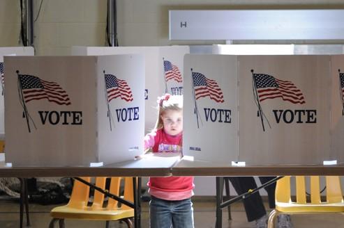 Préparation d'un bureau de vote pour les primaires dans le Tenessee.
