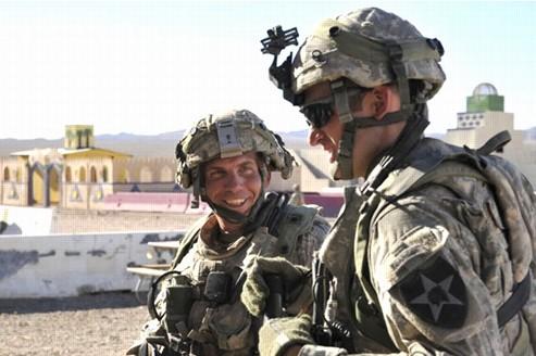 Le sergent Robert Bales, à gauche sur la photo, a été plusieurs fois décoré. Il a passé 37 mois en Irak et est père de deux enfants.