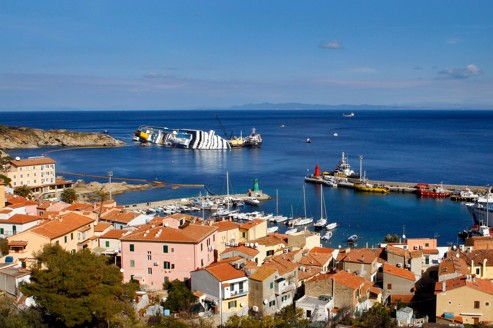 Le Costa Concordia et le port de l'ïle du Giglio, où il a échoué,  le 13janvier dernier.