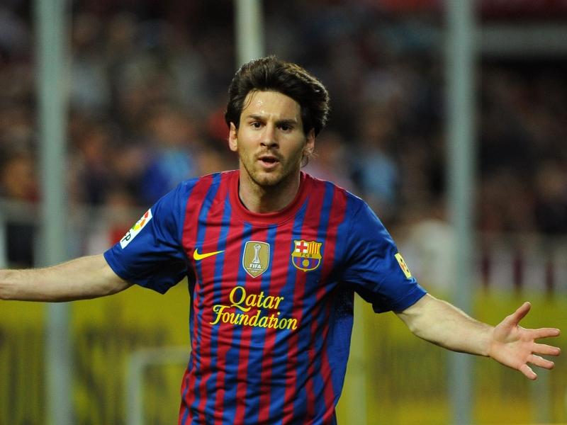 <br> Lionel Messi (Argentine) : 33 millions d'euros - </br> Le triple ballon d'or a récupéré sa couronne perdue au profit de David Beckham fin 2010. Ses gains accumulés en 2011 (+8,6 millions d'euros par rapport à 2010) se décomposent ainsi : 21 millions de contrats publicitaires (adidas notamment) et opérations diverses, 10,5 millions de salaire annuel et 1,5 million de primes.