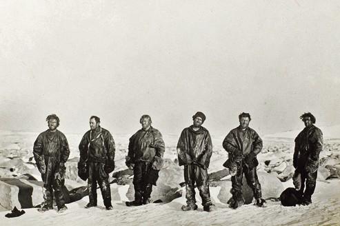 Lot 137. Photo prise par le Dr Levick d'explorateurs survivants en Antarctique, en 1912.