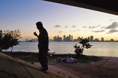 À Miami, en Floride, les délinquants sexuels, obligés de se tenir à l'écart de tous lieux de rassemblement d'enfants, n'ont d'autre refuge que le pont Julia Tuttle Causeway.