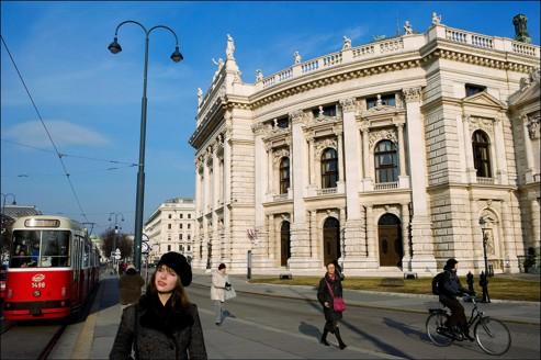 Sur le Ring. La plupart des grands monuments viennois (ici le Burgtheater, l'ancien théâtre de la Cour) s'élèvent le long de ce boulevard circulaire construit sous le règne de François-Joseph.