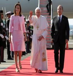 Le pape a été accueilli par le couple présidntiel mexicain à sa descente d'avion.