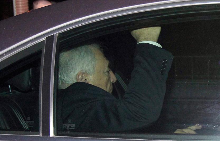 <b>Convoqué.</b> C'est avec deux jours d'avance que Dominique Strauss-Kahn a été entendu au palais de justice de Lille pour y être auditionné par les trois juges chargés du dossier du Carlton. L'ancien directeur général du Fonds monétaire international a été mis en examen pour ''proxénétisme en bande organisée'' et placé sous contrôle judiciaire. Dans le cadre de ce contrôle, il doit s'acquitter d'une caution de 100.000 euros ''avec interdiction d'entrer en contact avec les mis en examen, les parties civiles, les témoins et tout organe de presse à propos des faits objets de la procédure'', précise le parquet. Cependant, «il déclare avec la plus grande fermeté n'être coupable d'aucun de ces faits et n'avoir jamais eu la moindre conscience que les femmes rencontrées pouvaient être des prostituées», a affirmé l'un de ses avocats, Me Richard Malka. Après sa mise en examen, vers 22h, Dominique Strauss-Kahn a quitté Lille pour rentrer dans la nuit à Paris.