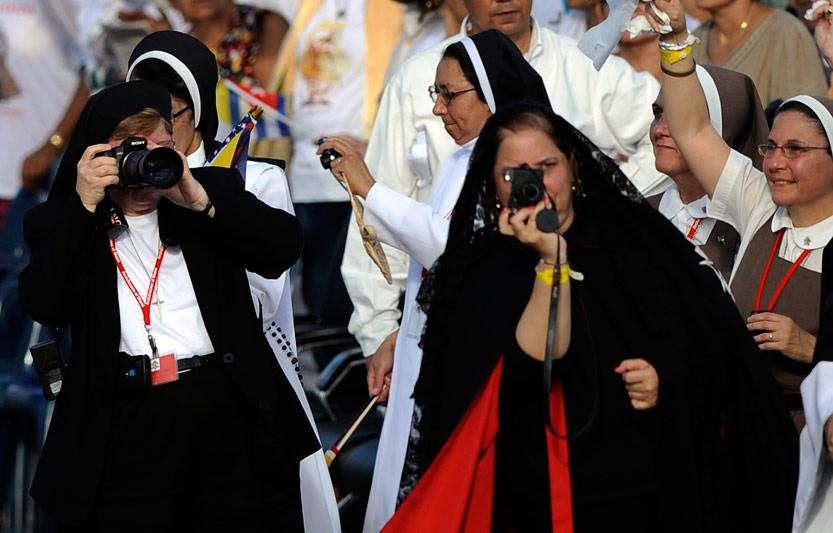 <b>Pari tenu!</b> Elles n'avaient qu'un but: photographier le pape Benoît XVI. Alors, après des heures d'attente debout sous une chaleur écrasante, ces nonnes peuvent enfin immortaliser l'instant avant la célébration de la messe de l'Annonciation sur la place Antonio-Maceo de Santiago de Cuba. «Je désire vous appeler à redonner de la force à votre foi, à vivre du Christ et pour le Christ et, avec les armes de la paix, du pardon et de la compréhension, à lutter pour construire une société ouverte et rénovée, une société meilleure, plus digne de l'homme, qui reflète plus la bonté de Dieu » a déclaré le pape. Le Saint Père âgé de 84 ans, fatigué après cette première journée, a eu ce mardi une deuxième journée encore plus chargée. Il devait d'abord se recueillir au sanctuaire de Notre Dame de la Charité d'El Cobre, patronne des Cubains, près de Santiago. Puis prendre l'avion pour gagner la capitale à l'autre extrémité de l'île.