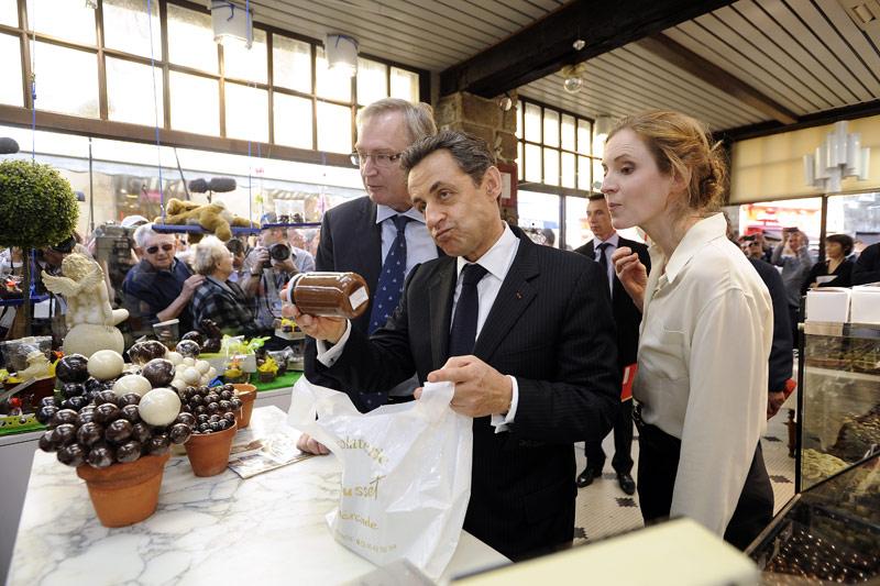 <b>En meeting.</b> Nicolas Sarkozy n'est pas rentré à Paris les mains vides. Car avant le meeting de Nantes mardi soir, le président-candidat s'est offert dans l'après-midi un long bain de soleil et de foule dans les rues et les commerces de Guérande, accompagné, entre autres, de sa porte-parole Nathalie Kosciusko-Morizet. Il s'est ensuite rendu au Zénith de Nantes pour son meeting du grand Ouest. Pendant 45 minutes et devant un public hétéroclite d'environ 8000 personnes, le candidat à la présidentielle a commencé son discours en revenant brièvement sur les tueries de Toulouse et Montauban avant de se focaliser sur trois thèmes de sa campagne: l'immigration, l'éducation et la justice.