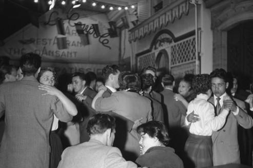 Un bal du14juillet surleboulevard duMontparnasse, àParis, en 1955.